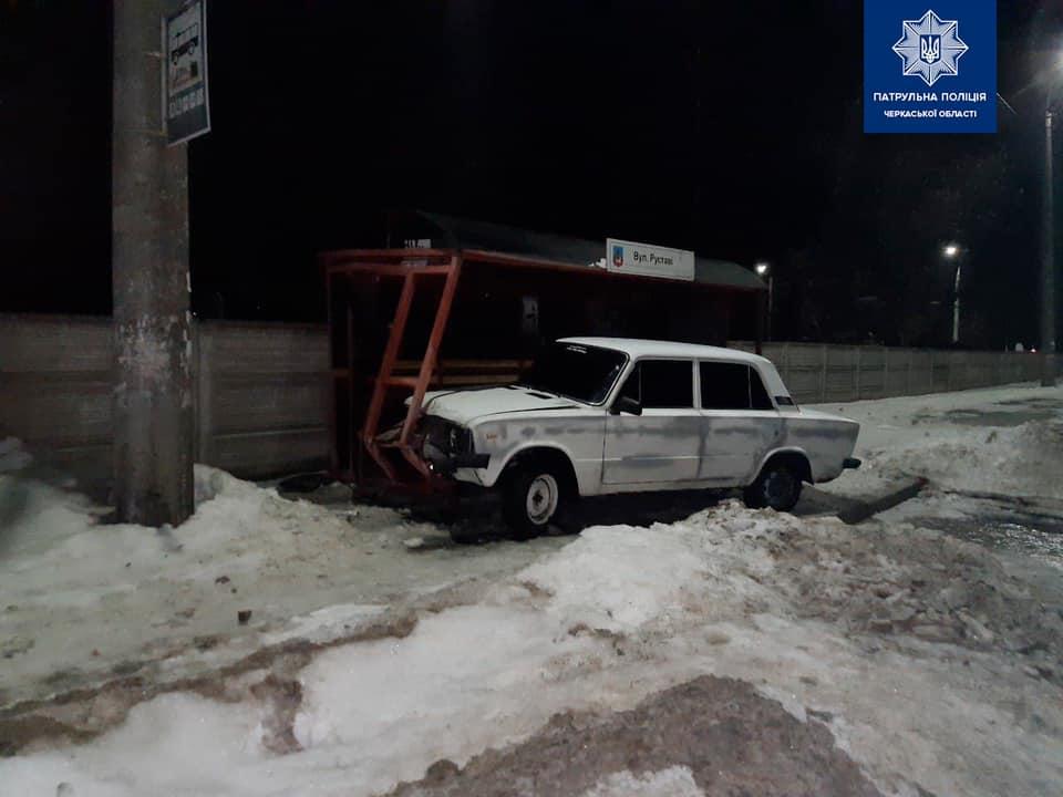 У Черкасах автомобіль в'їхав у зупинку