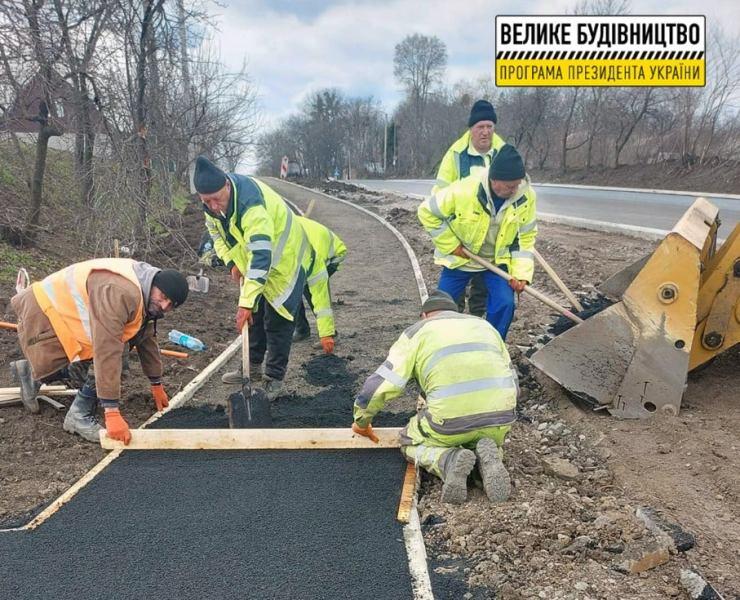 В Уманському районі продовжують ремонтувати міжнародну автодорогу