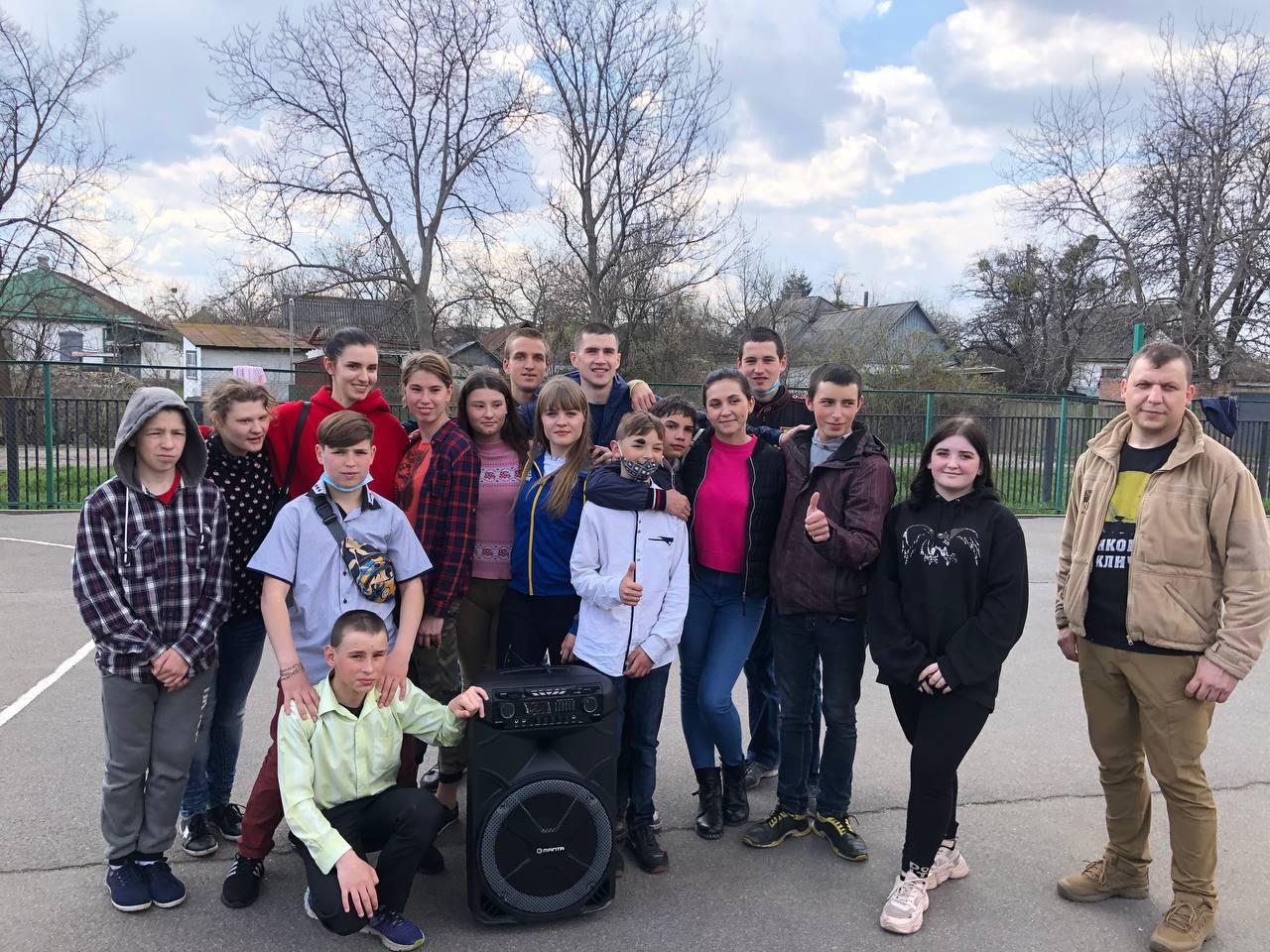 Вихованцям Золотоніської спеціальної школи передали подарунки до свята