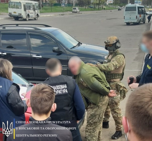 1100 доларів хабара: на Черкащині затримали заступника військового комісара