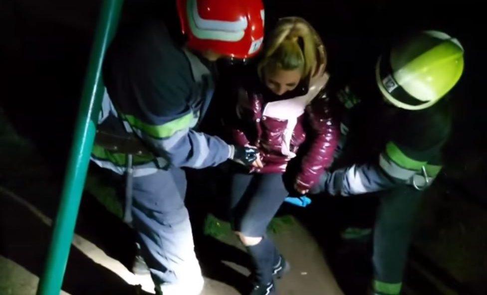У Смілі 23-річну дівчину витягали з гойдалки (ВІДЕО)
