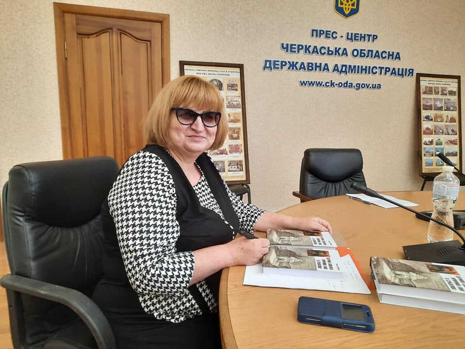 Черкащанка презентувала книгу про Іллінську церкву в Суботові