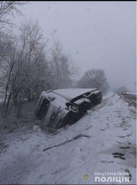 На Черкащині вантажівка з'їхала в кювет через негоду