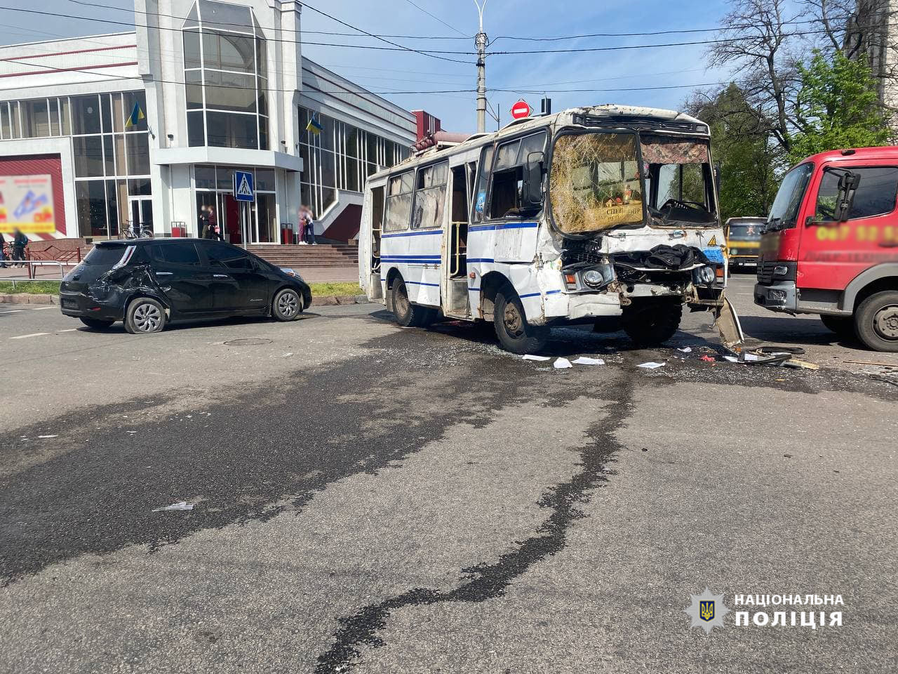Потрійна ДТП в Черкасах: водія автобуса затиснуло кермом (ФОТО)