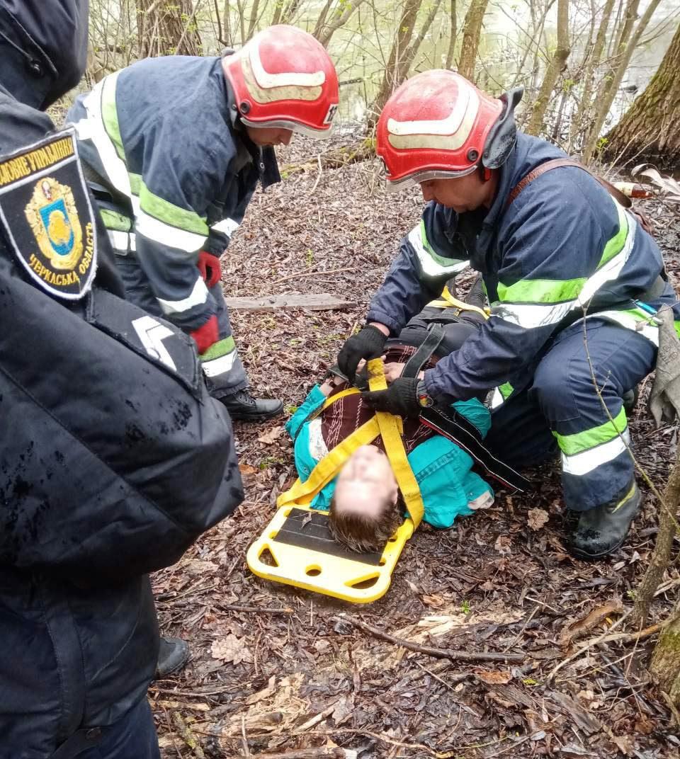 Рятувальники підняли з провалля черкащанку, яка впала з містка