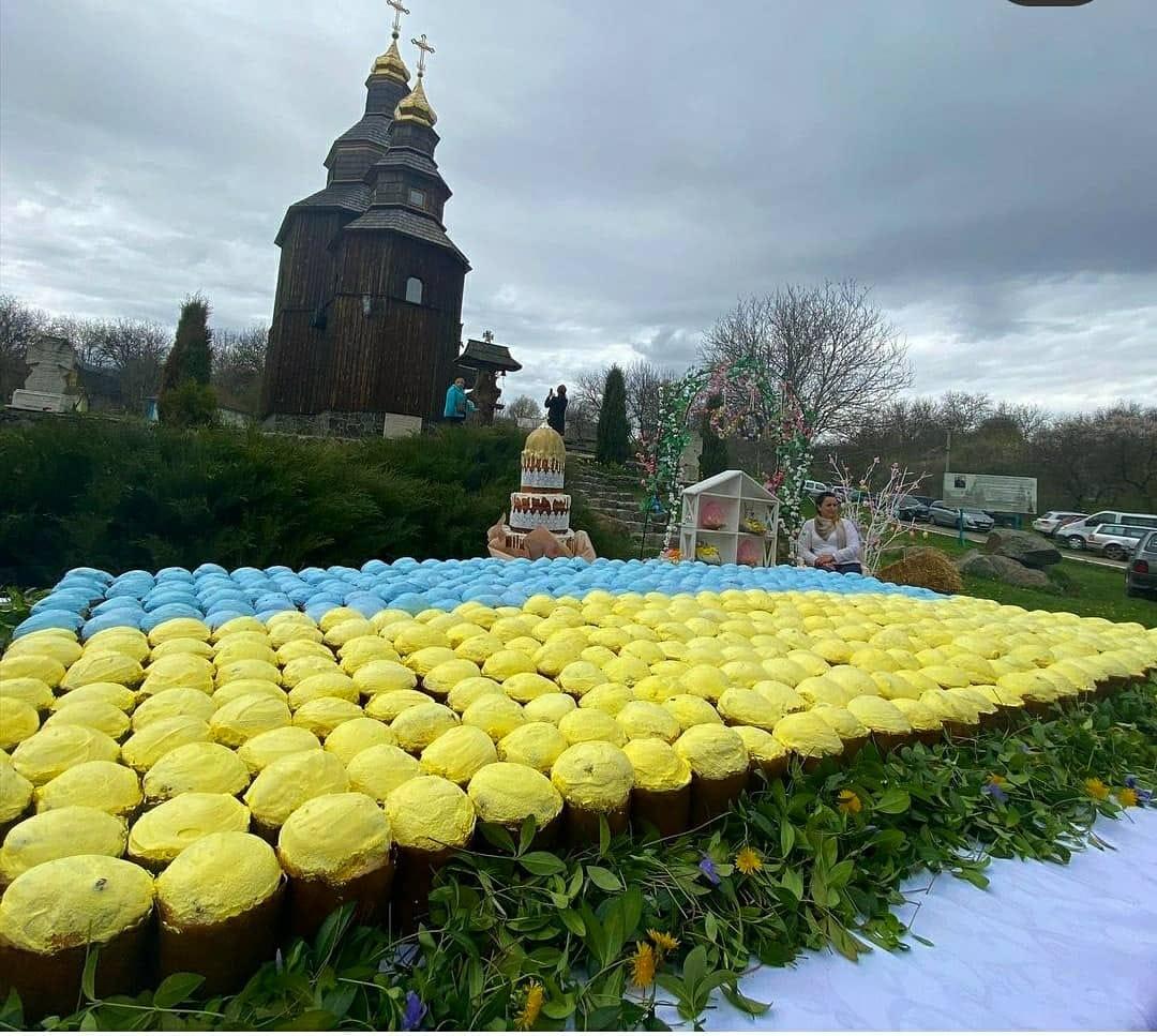 Із великодніх пасокна Черкащині виклали найбільший прапор України (ФОТО)
