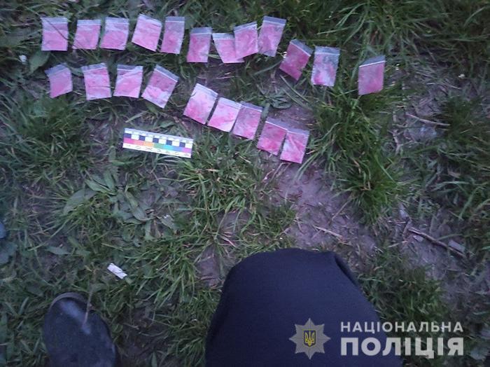 У черкащанина на вулиці вилучили понад 20 пакетиків з наркотиками