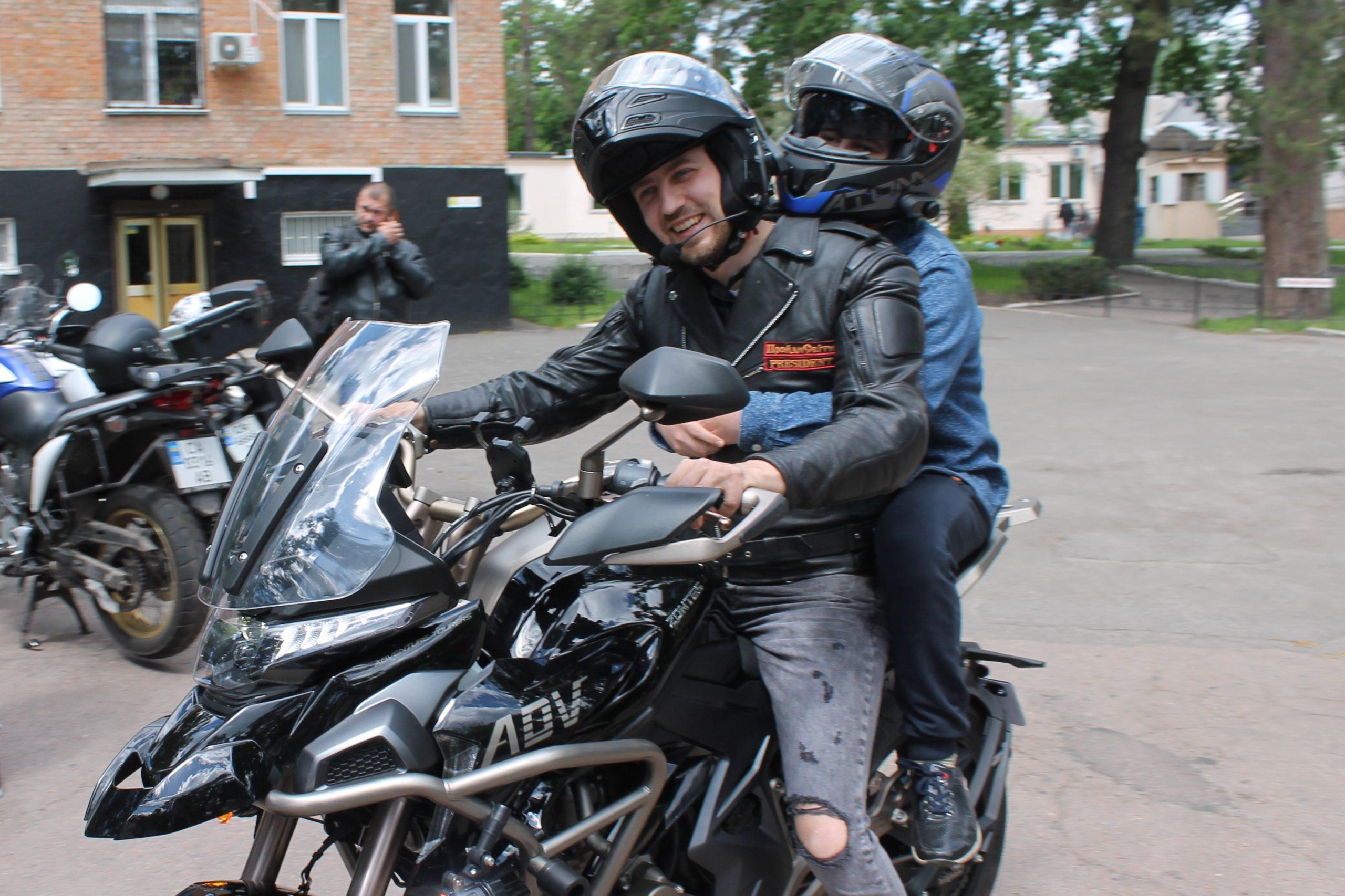 З нагоди Дня захисту дітей байкери покатали онкохворих