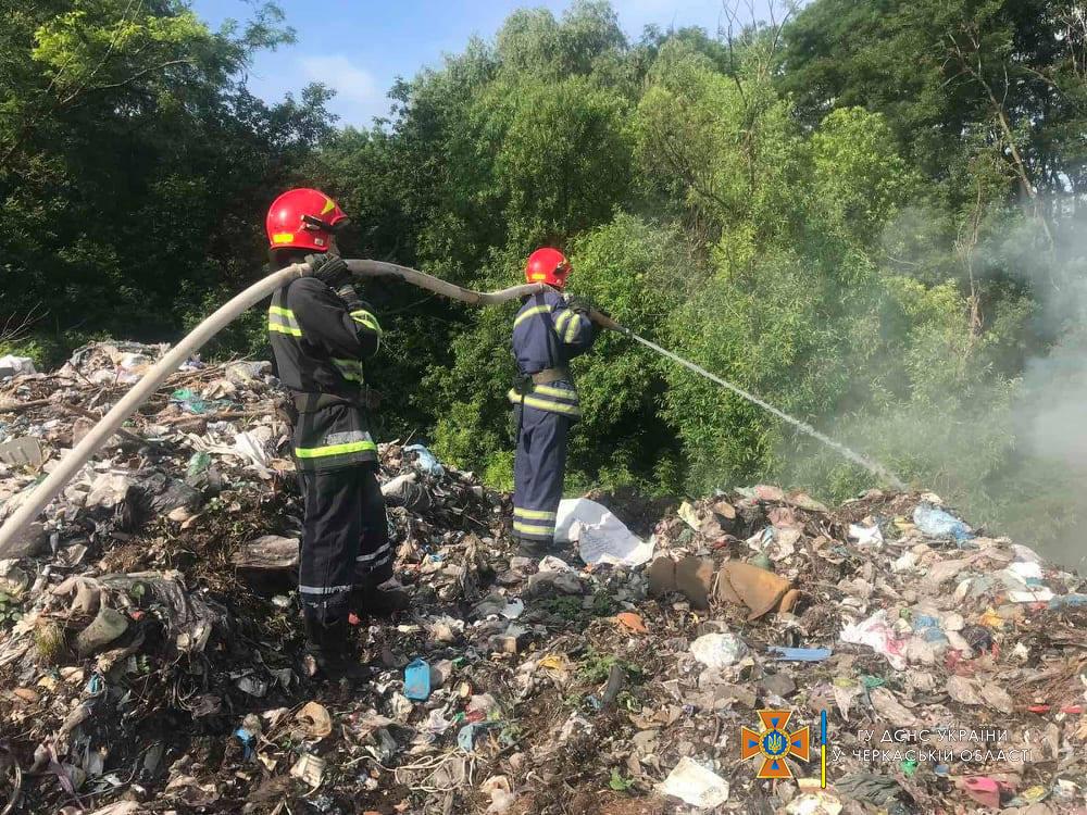 В області ліквідували пожежу на сміттєзвалищі