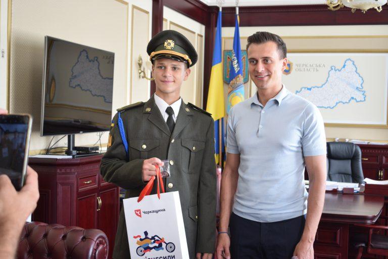 Голова ОДА вручив відзнаку «Відмінник захисту України» ліцеїсту