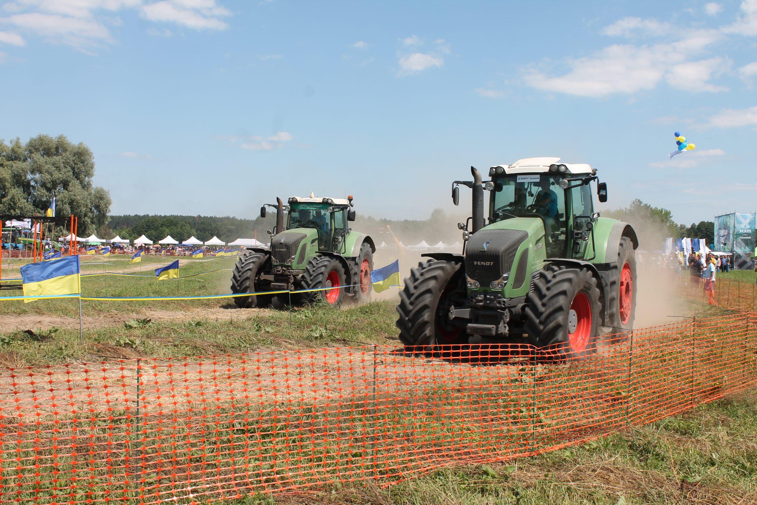 У тракторних перегонах на Канівщині змагалися чоловіки, жінки й діти