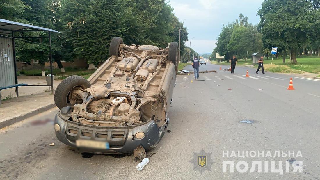 У Смілі автомобіль в'їхав в електроопору та перекинувся: водій загинув