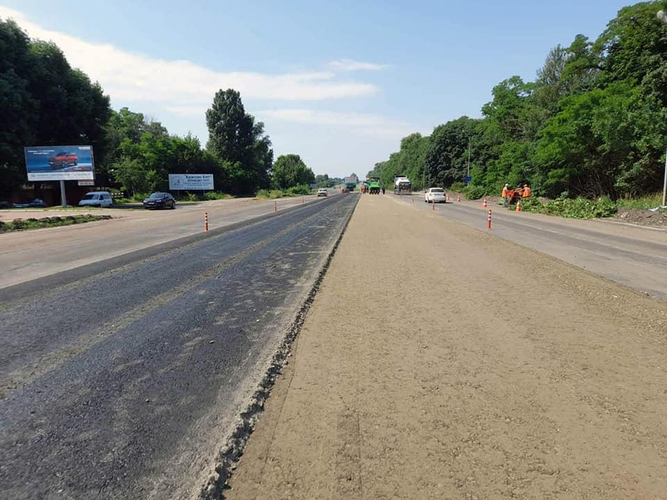 Продовжують ремонтувати дорогу на в'їзді до Черкас