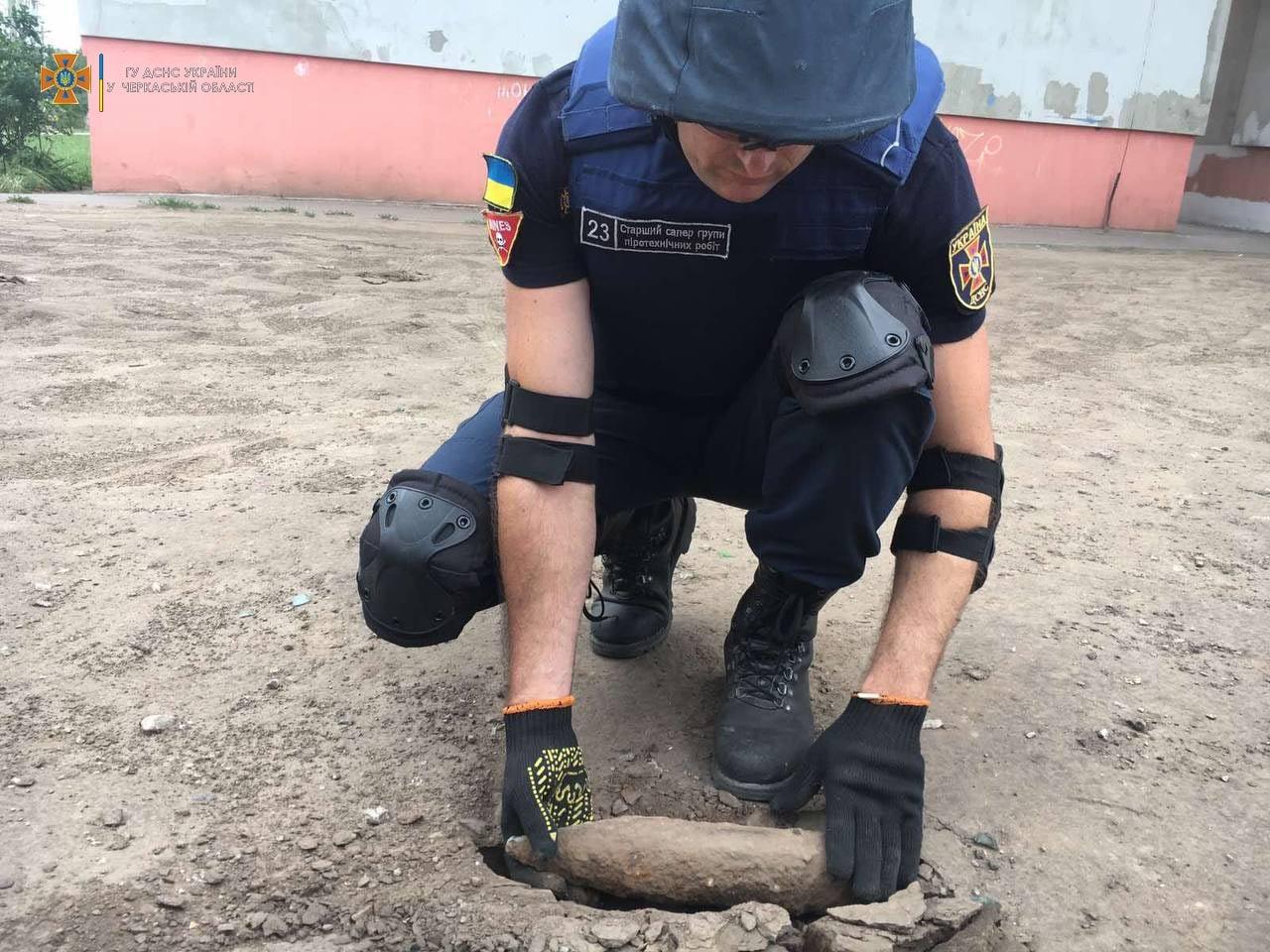 Черкаські рятувальники знайшли артилерійський снаряд