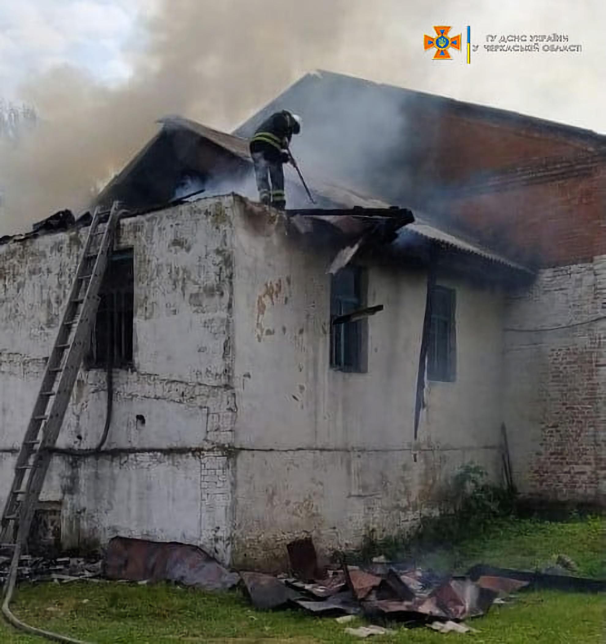 Через необережність виникла пожежа біля Будинку культури на Уманщині