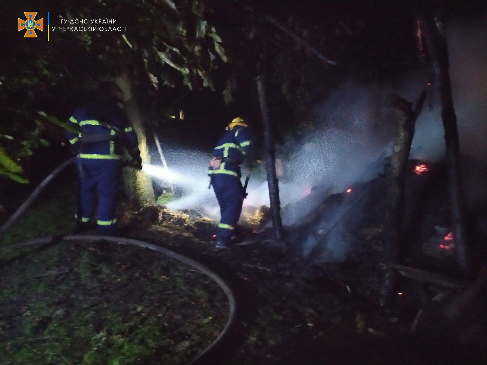 На Черкащині через блискавку загорівся будинок
