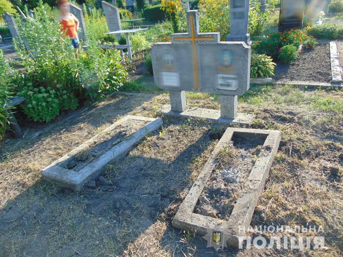 Черкащани демонтували близько пів сотні огорож на цвинтарі
