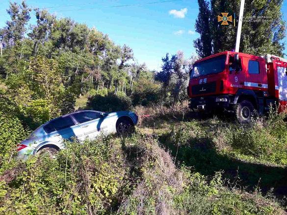 На Черкащині витягли автомобіль, який з'їхав у ставок
