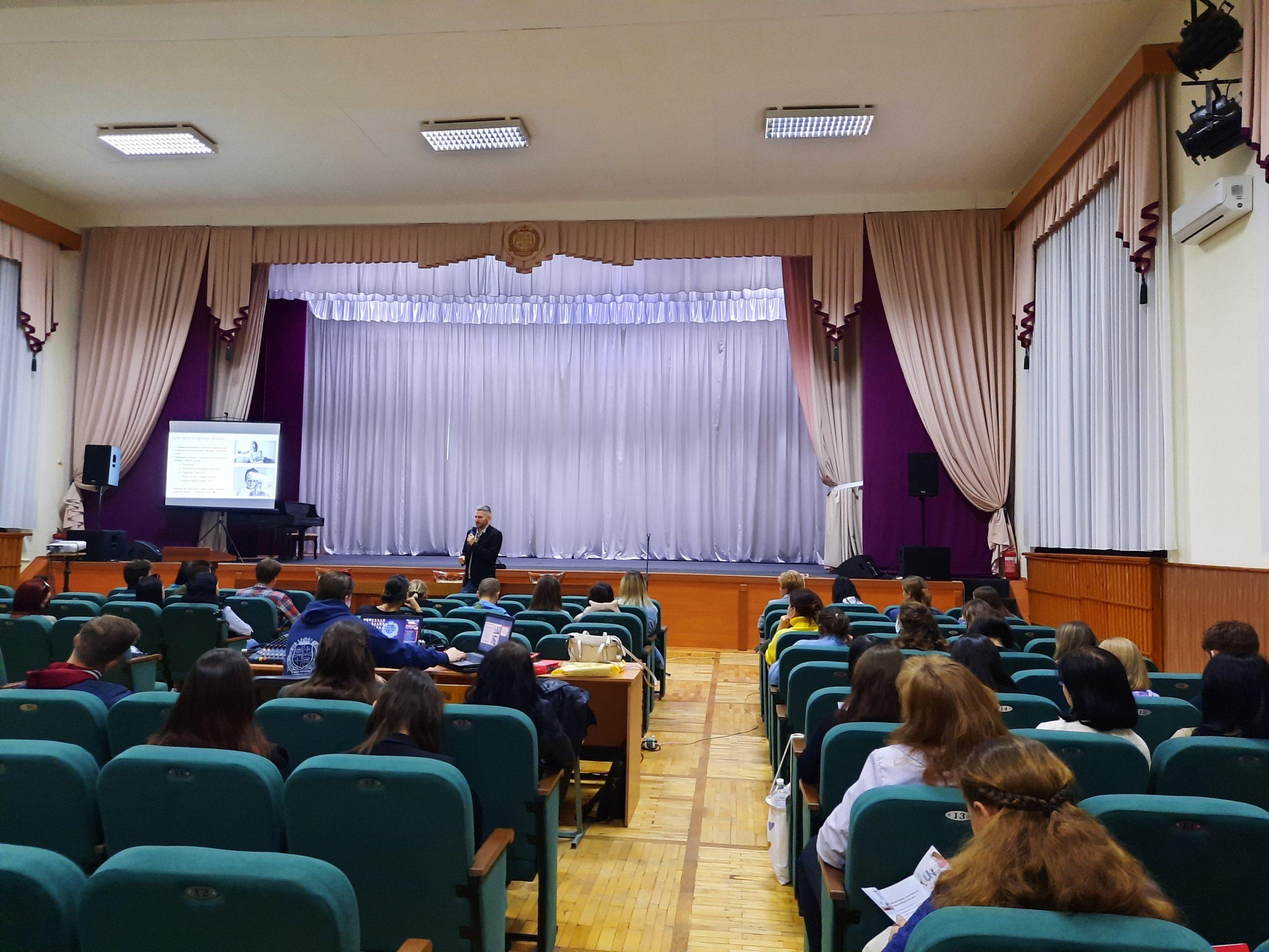 Студентам Черкаського національного розповіли про переваги донації плазми