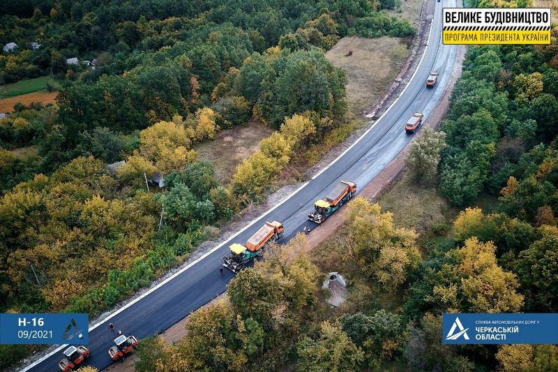 Триває ремонт дороги, що проходить через усю область
