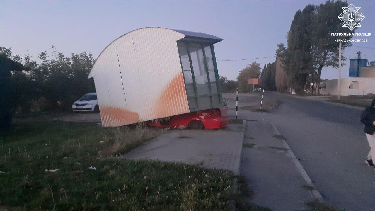 Водій заснув за кермом та врізався в одну із черкаських зупинок