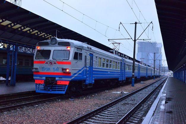 До суботи рух деяких приміських поїздів відмінили