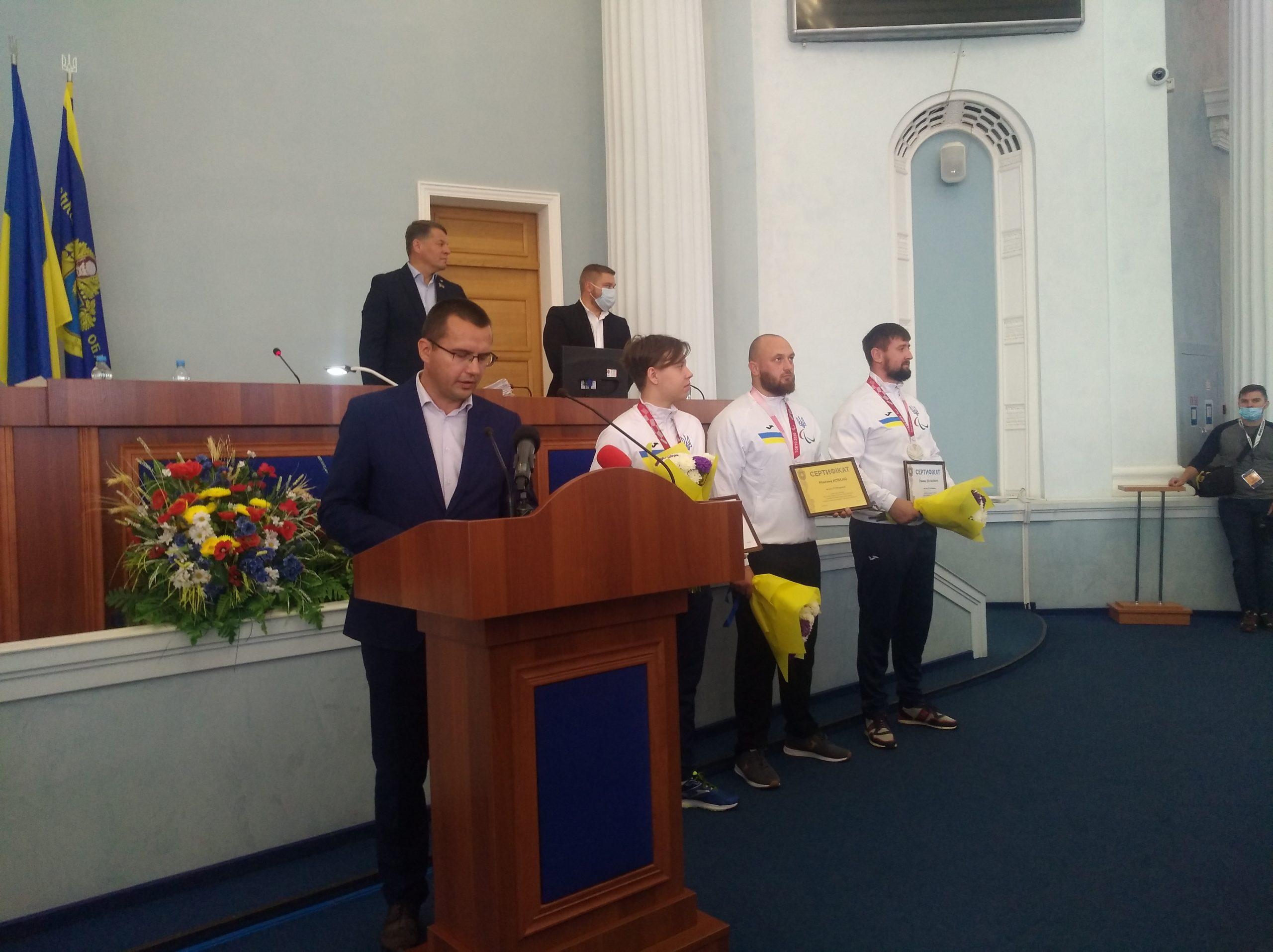 Черкаських спортсменів нагородили за перемогу на Паралімпійських іграх