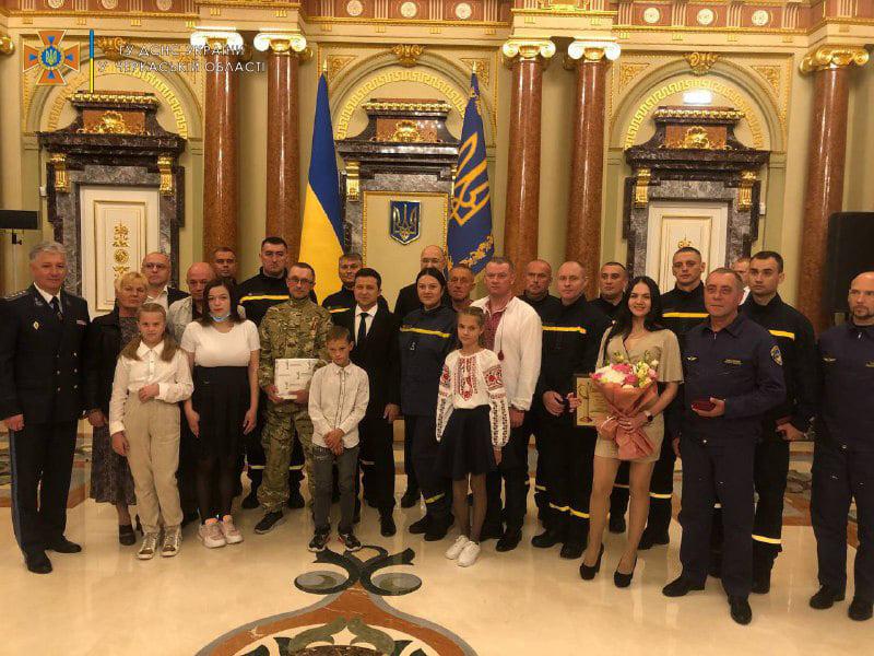 Зеленський нагородив трьох рятувальників із Черкащини