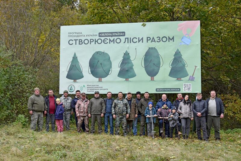 Лікарі, науковці, школярі та іноземці разом із лісівниками висаджували дуби у Кам`янському лісгоспі