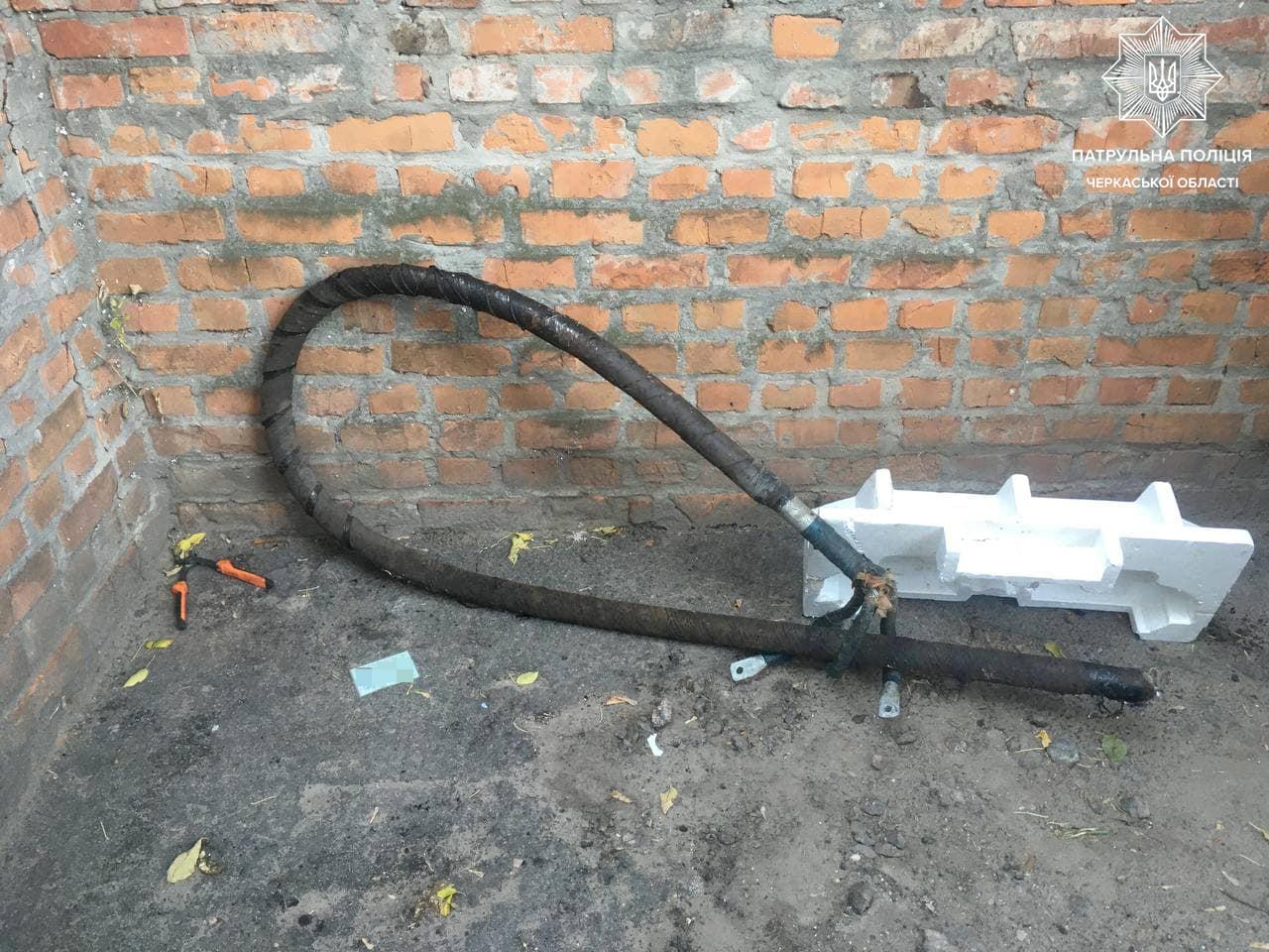 У Черкасах чоловік викрав кабель з електоопори серед білого дня