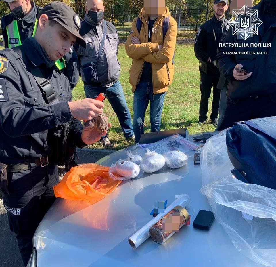 У Черкасах затримали водійку, яка мала в салоні наркотики й пістолет