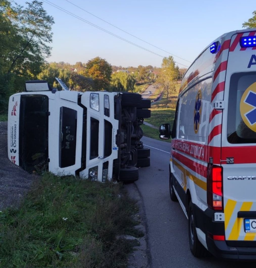 На Черкащині перекинулася вантажівка, водія госпіталізували
